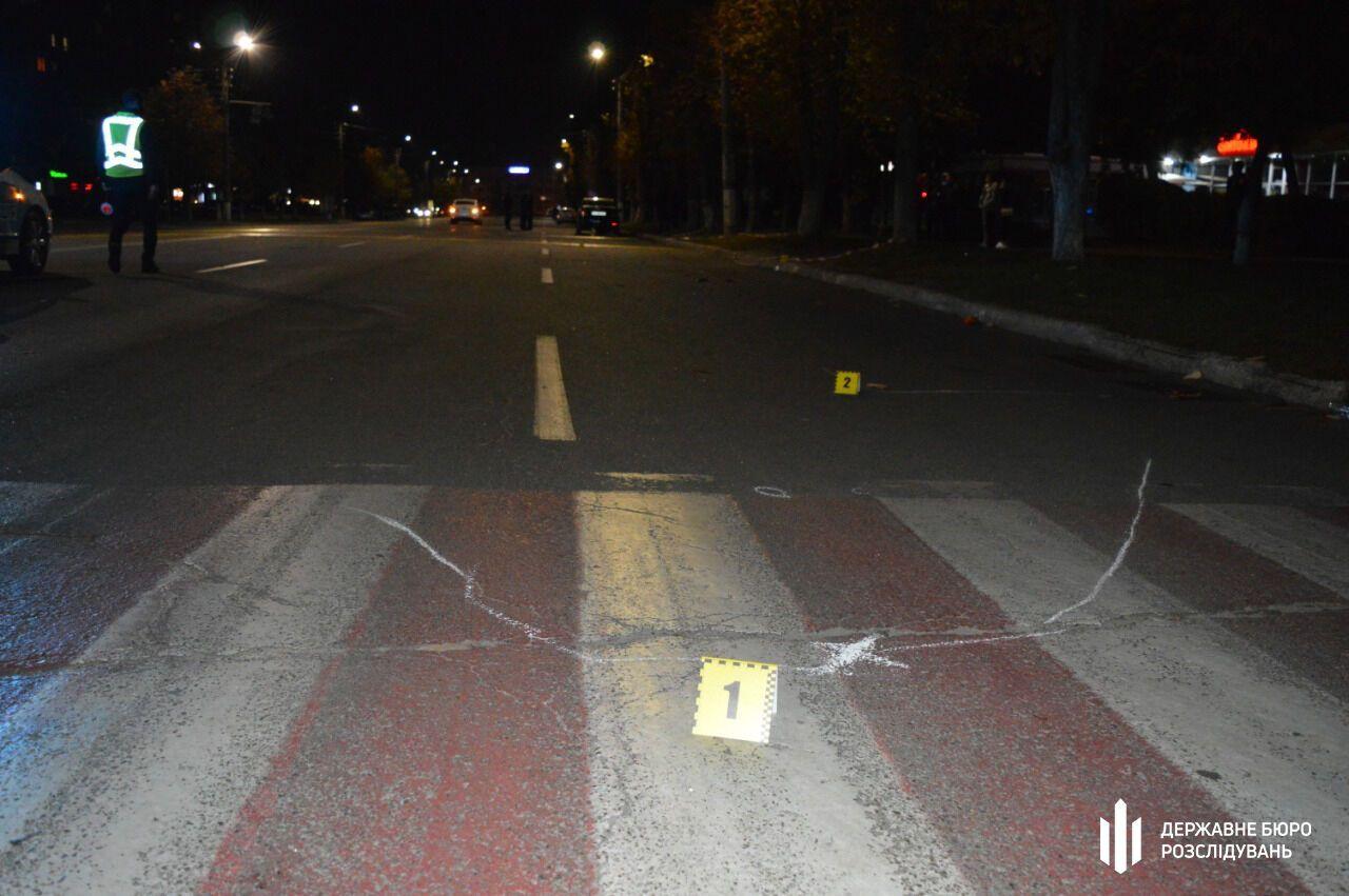Коп сбил мать и дочь на пешеходном переходе