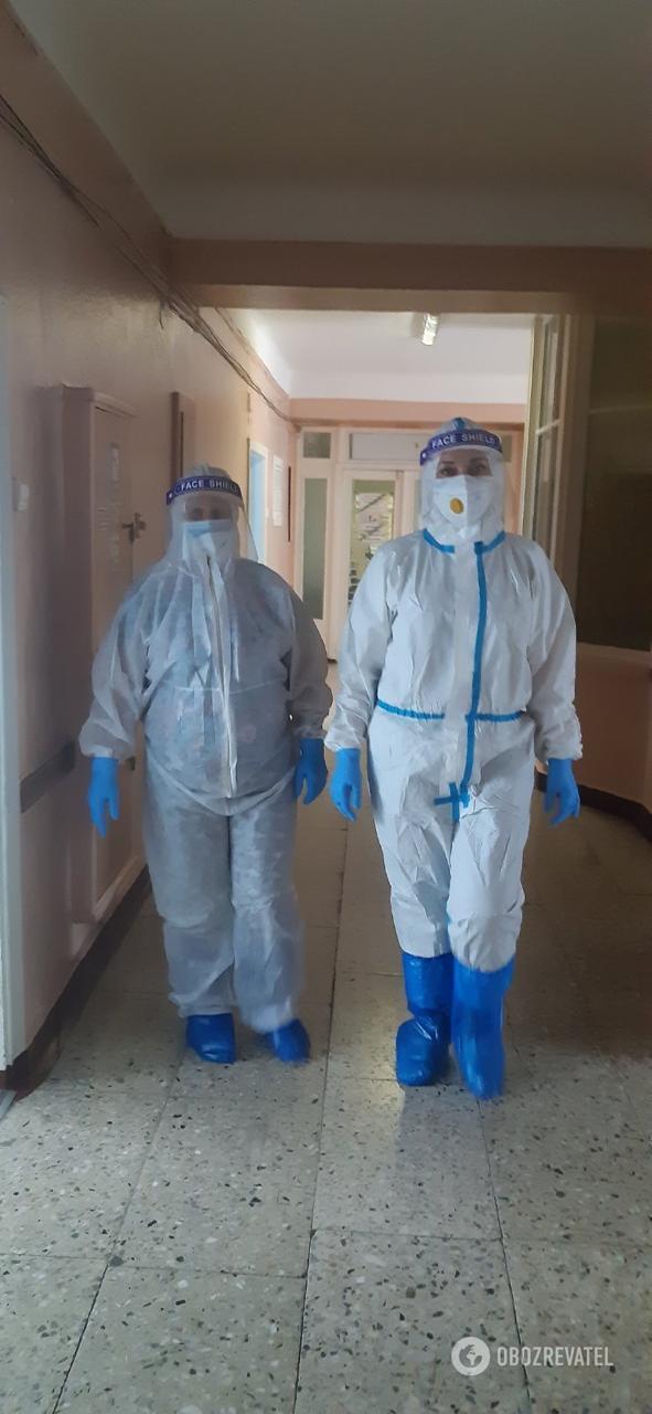 Лікарі Київської міської клінічної лікарні №4 у захисних костюмах