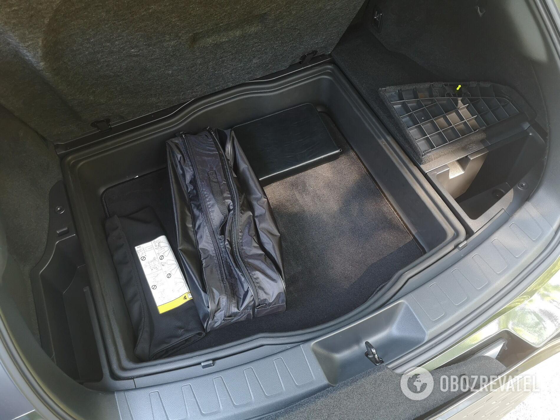 Под полом найдется еще немного места для разных мелочей и сумки с инструментами Фото: