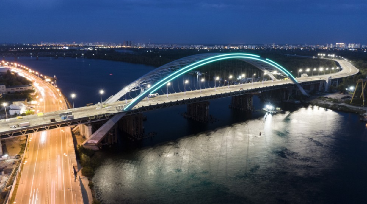 В Киеве подсветили Подольско-Воскресенский мостовой переход.