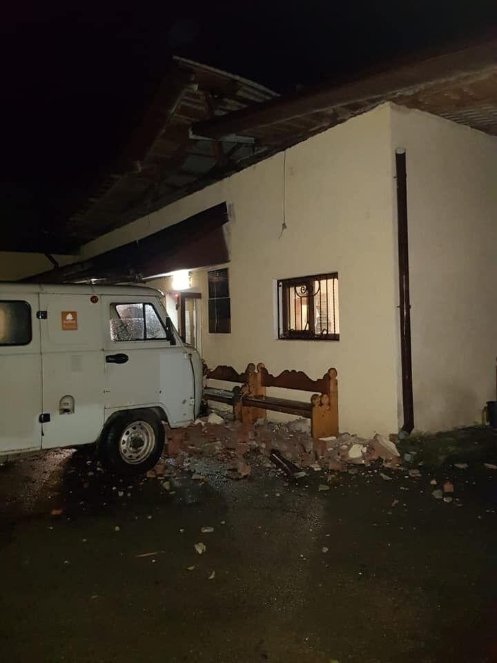 Со здания сорвало крышу.