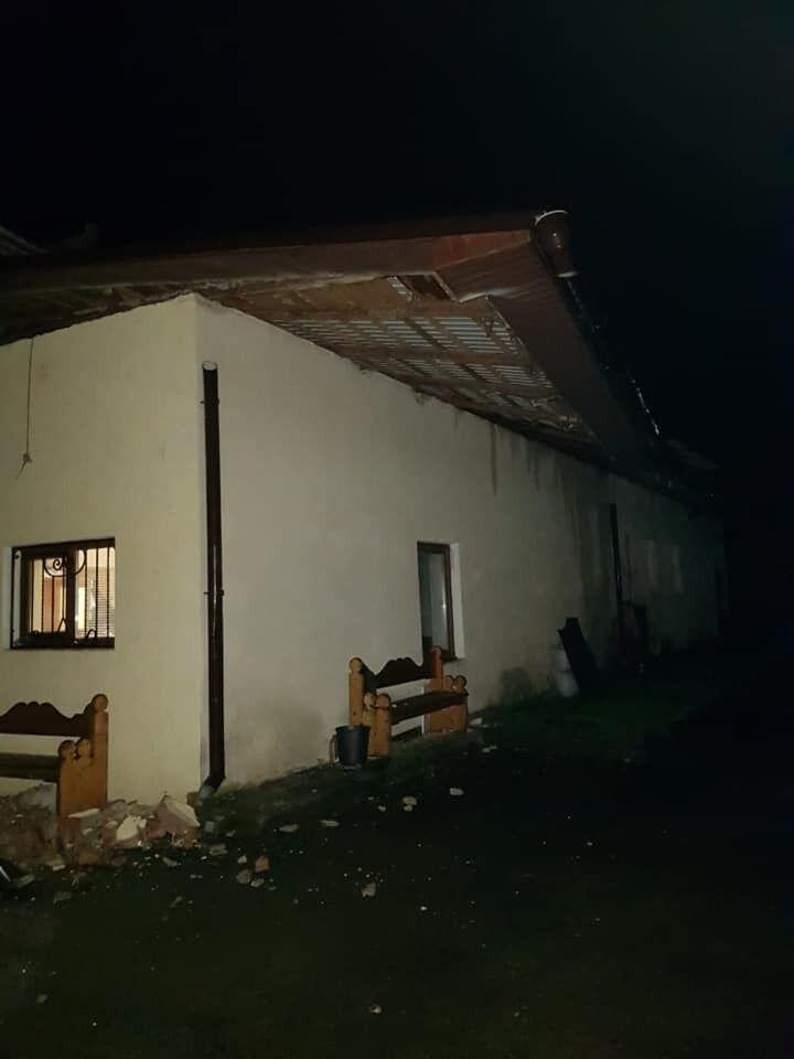 Ветер снес крышу здания.
