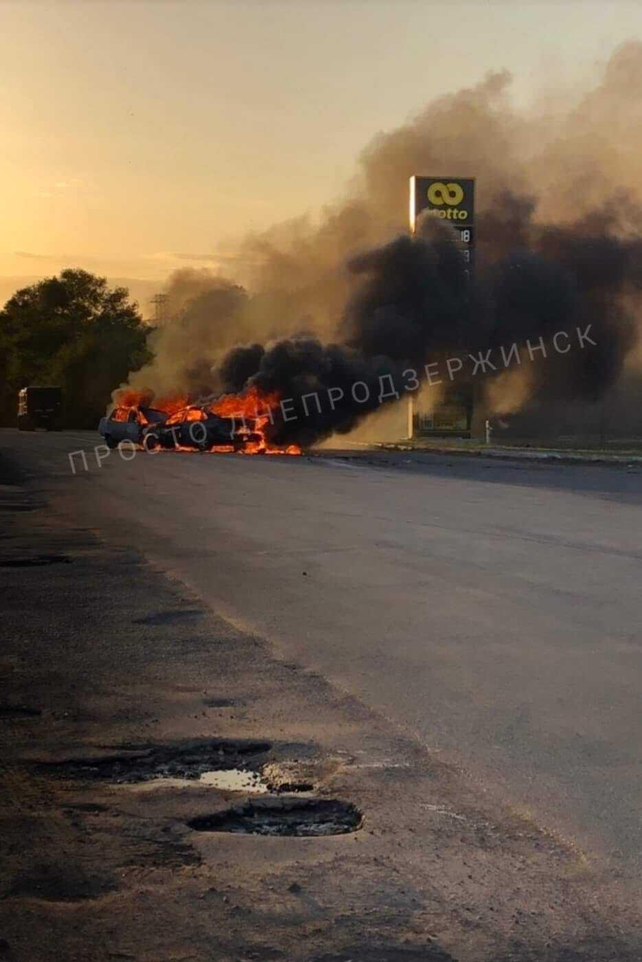 Оба авто сгорели дотла
