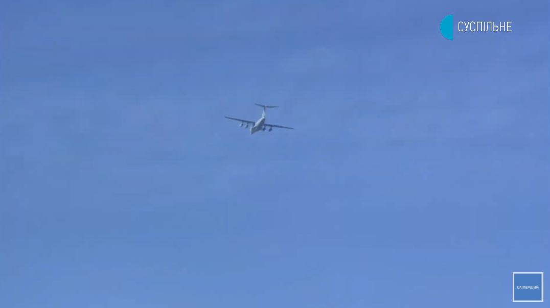 Над Площадью Свободы пролетел транспортный военный самолет .