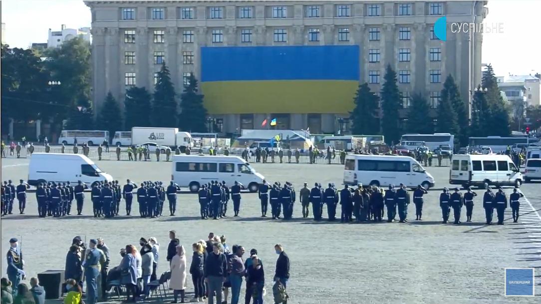 Автобусы с гробами курсантов и членов экипажа Ан-26 покинули центр Харькова.