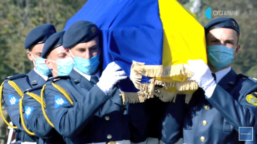 Гроб погибшего авиатора Ан-26 под флагом Украины.