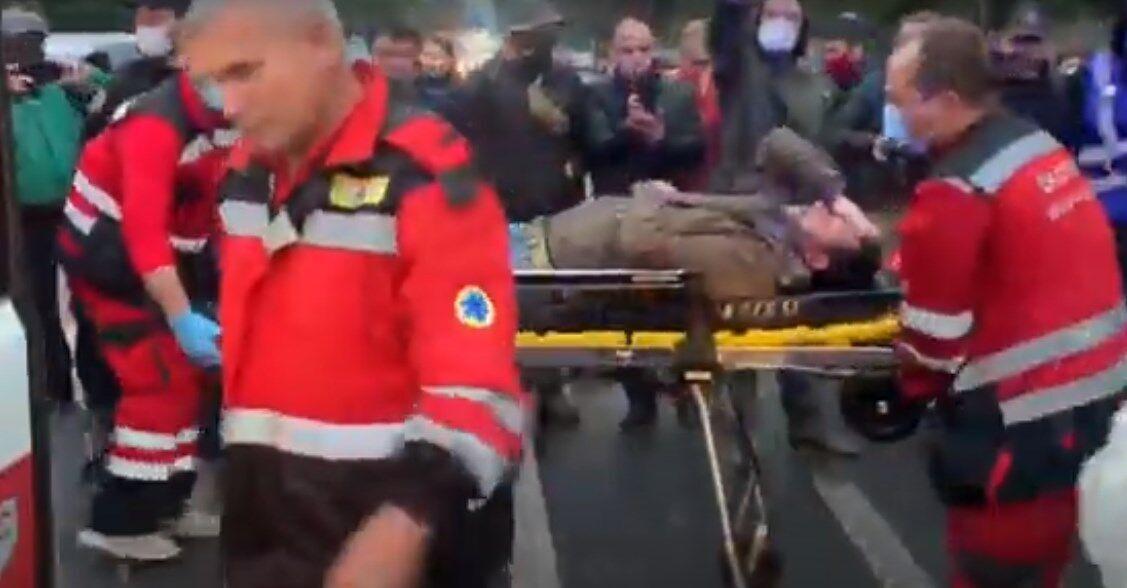 Одного из пострадавших под судом в Киеве забрала скорая