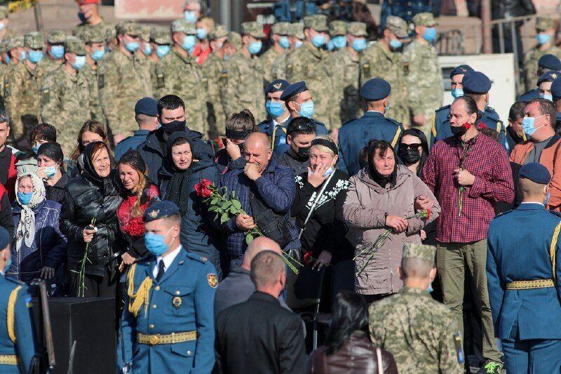 Сім'я Дмитра Студінського на прощанні в Харкові.
