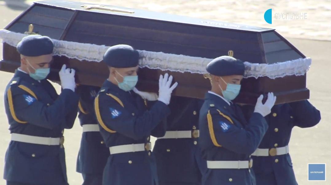 Каждого из погибших курсантов и членов экипажа вспоминают поименно .