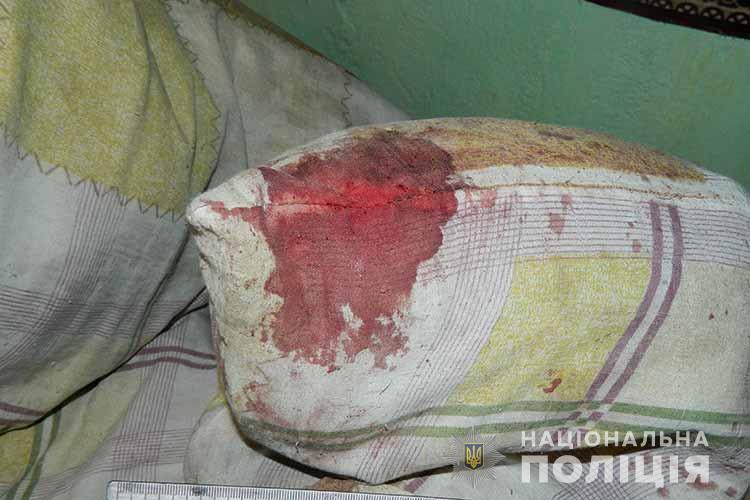 Женщина пыталась смыть следы крови.