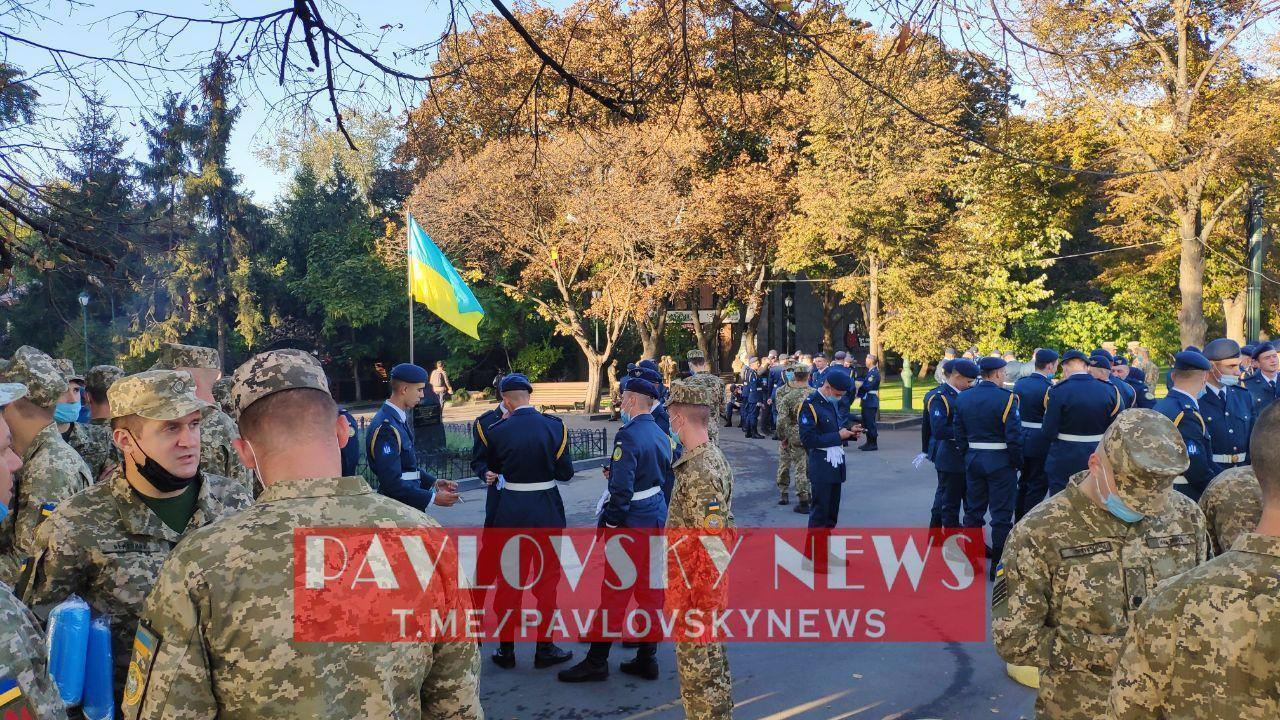 Військові на площі Свободи в Харкові.