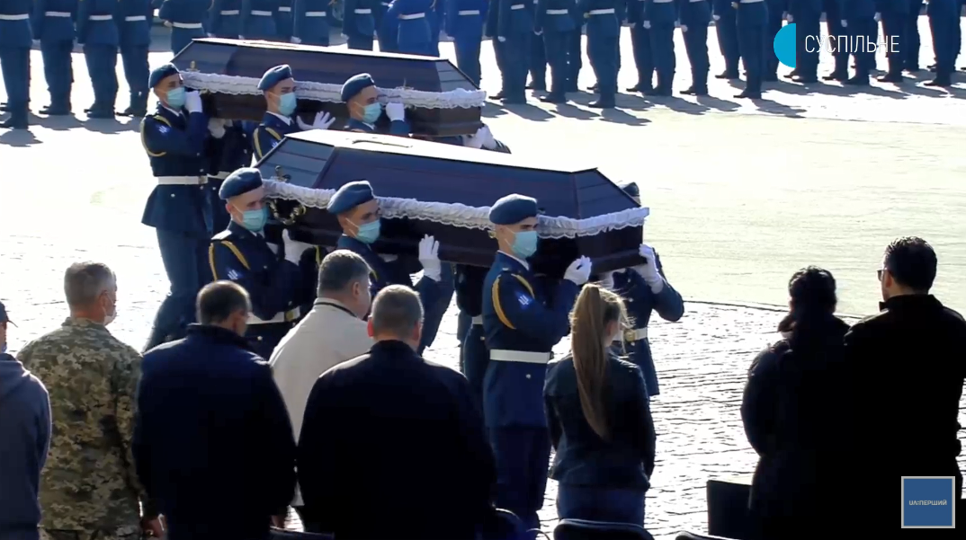 Гробы летчиков и курсантов заносили под звуки оркестра.
