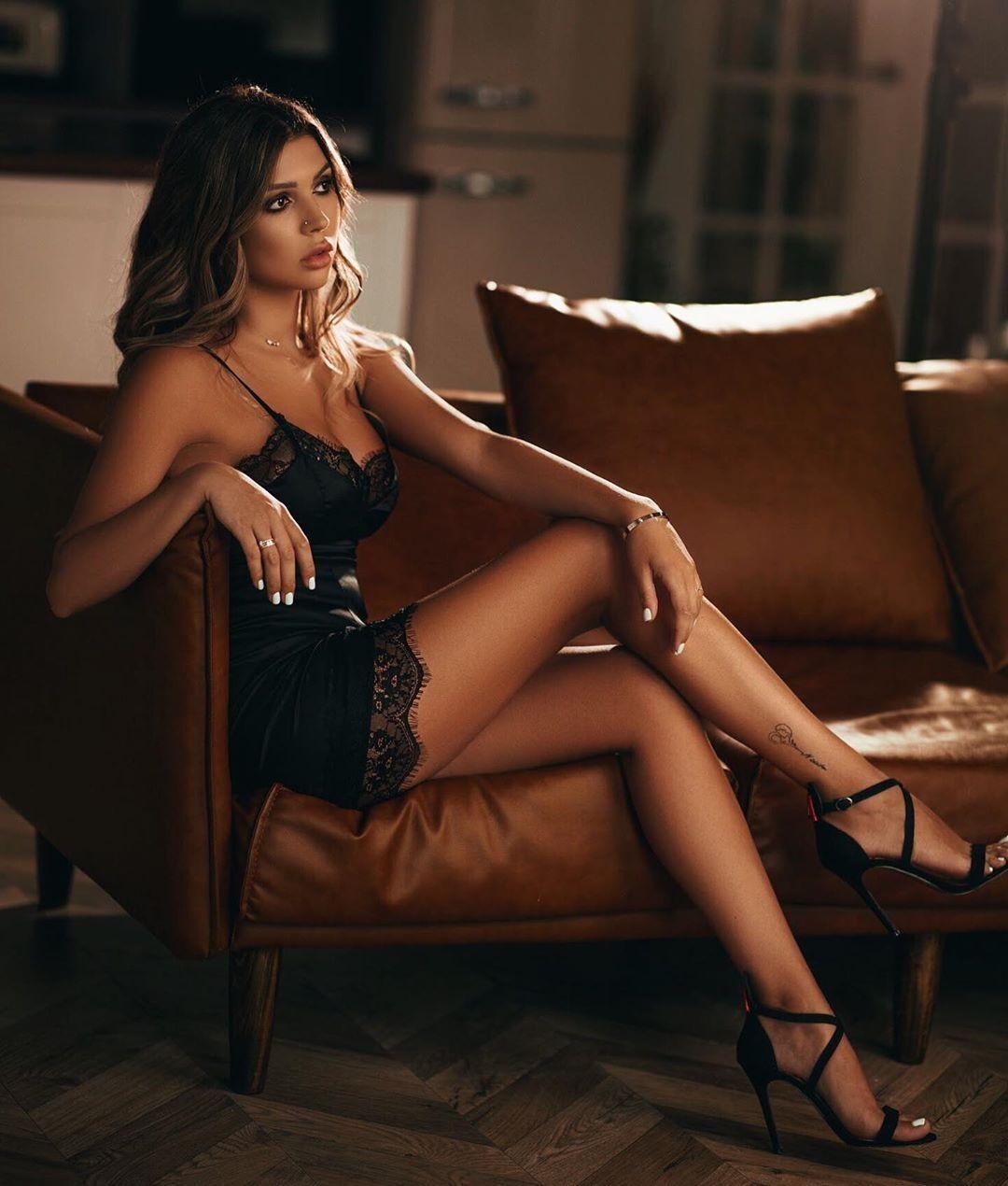 Кристина Яремчук сидит на диване