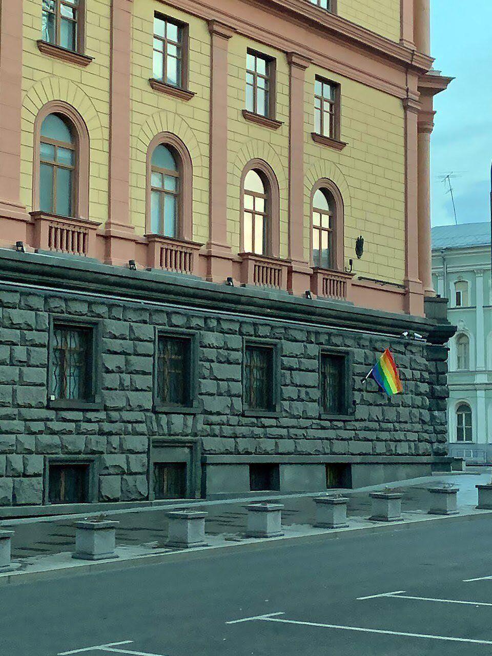 У Москві активісти розвісили прапори ЛГБТ в день народження Путіна.