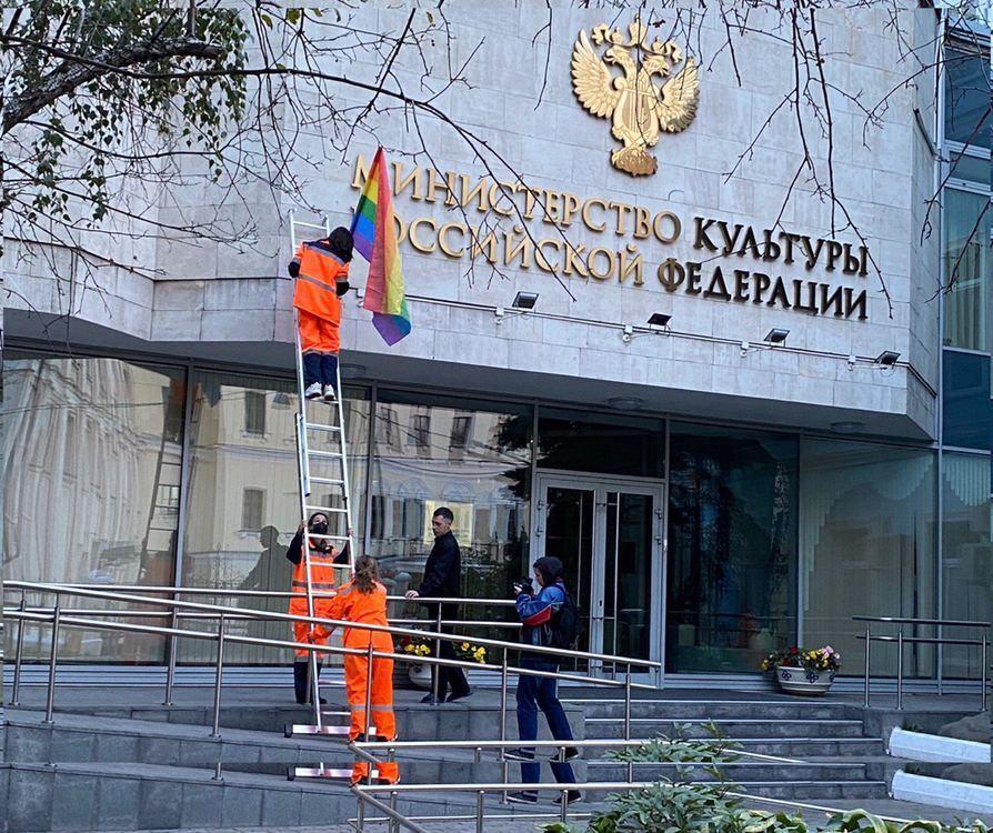 Pussy Riot розвісили прапори ЛГБТ в Москві в день народження Путіна.