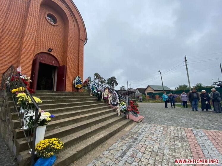 Вход в церковь, где отпевали Дмитрия Студинского, уставленный венками и цветами.