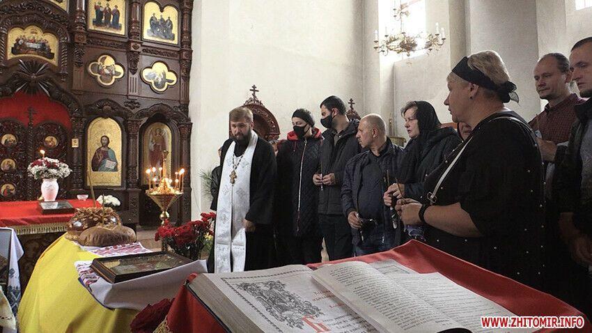В церковь села Скоморохи пришли сотни людей.