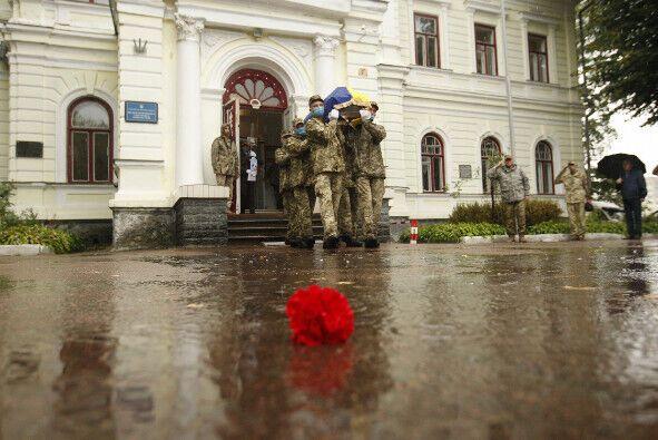 Несмотря на дождь, проводить в последний путь курсанта Донца пришли сотни людей