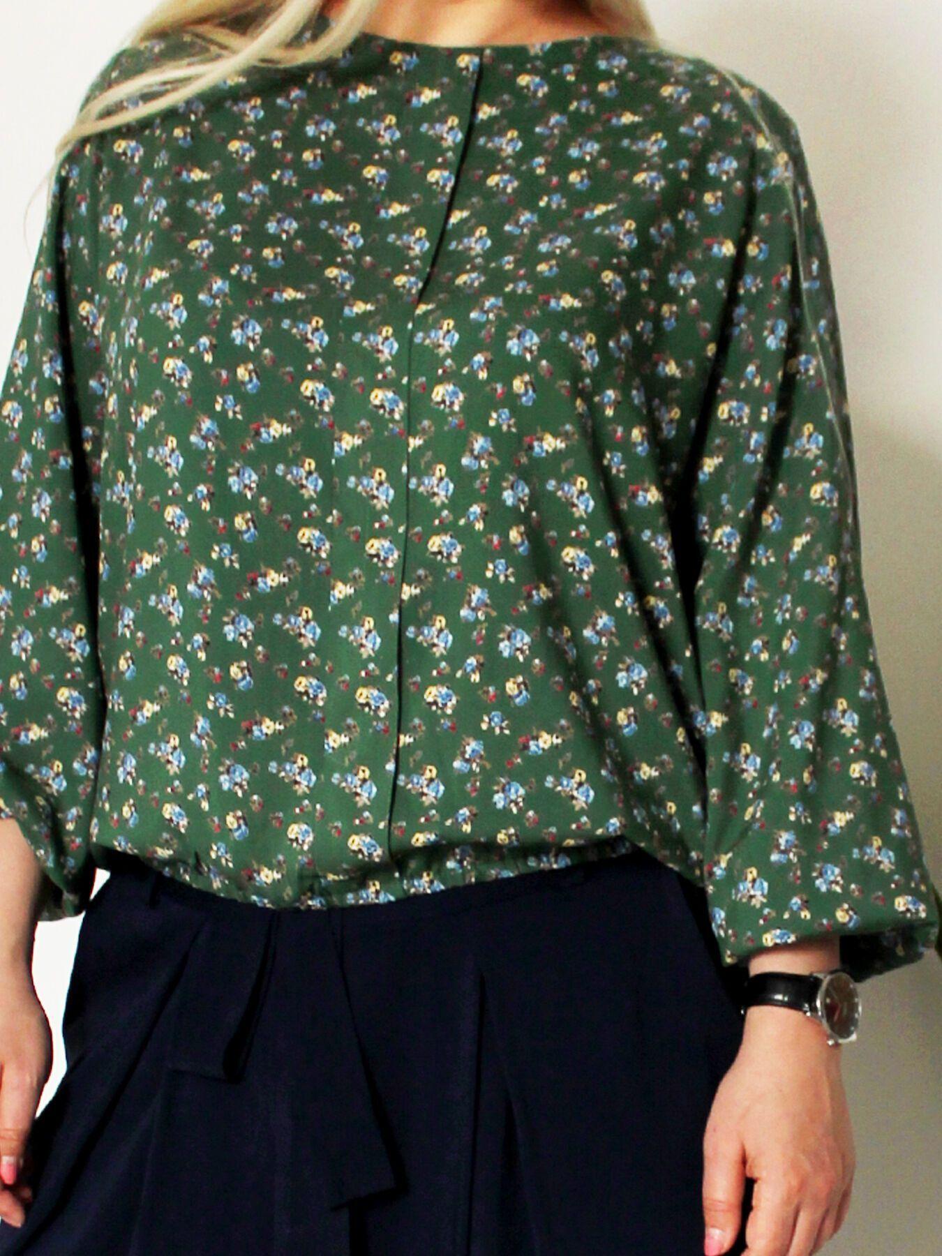 Блузки с мелким цветочным принтом придают возраста
