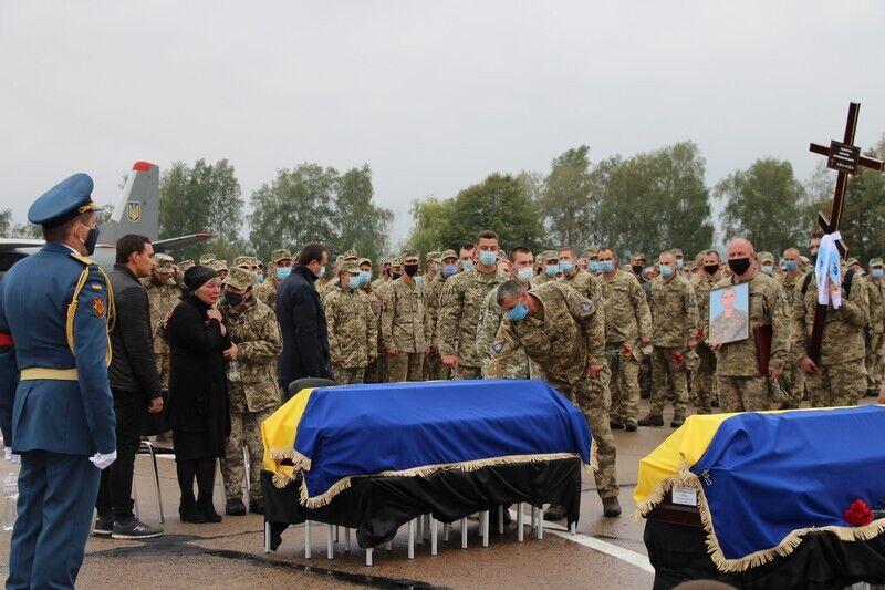 Церемония прощания прошла на военном аэродроме в Гавришовке.