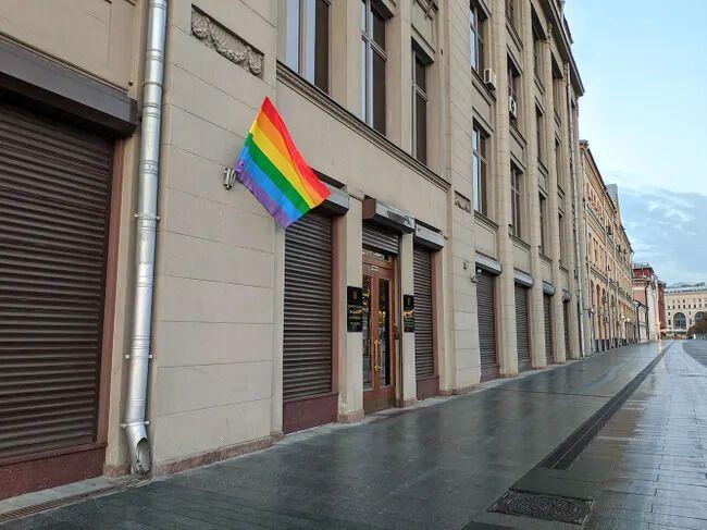 Pussy Riot вивісили прапори ЛГБТ на урядових будівлях в Москві.