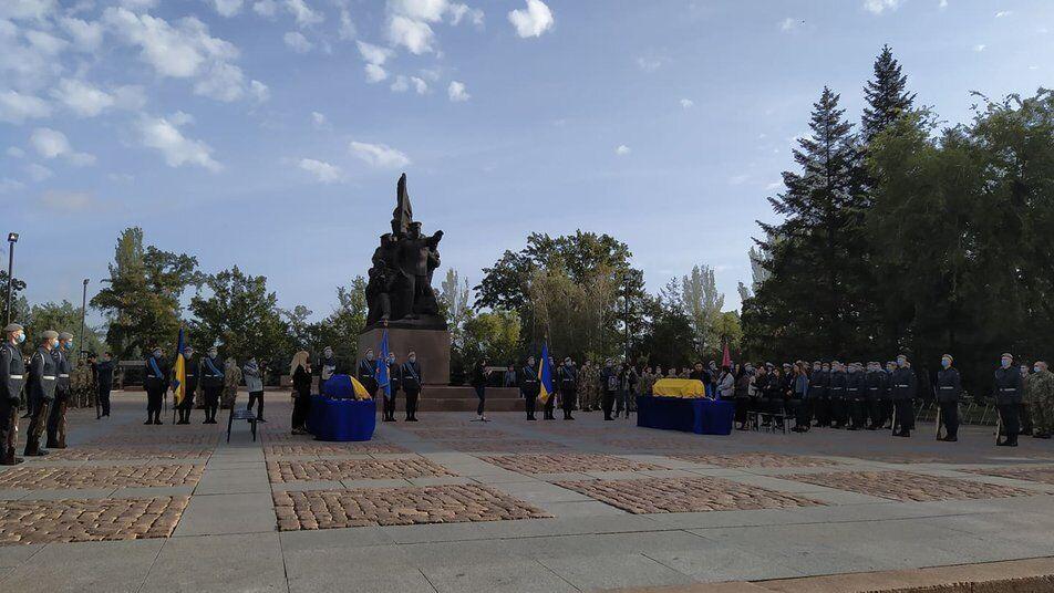 Проститься с курсантами из Николаева пришло множество горожан с цветами.