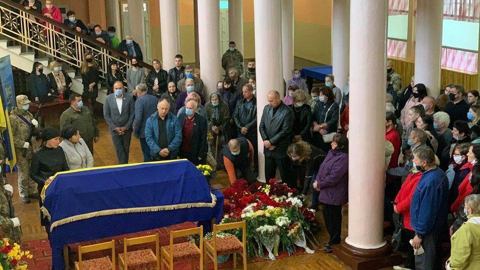Жители Новоград-Волынского отдавали дань памяти Богдану Матвийчуку в Доме офицеров.