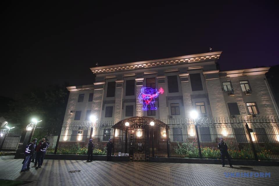 На будівлю посольства РФ в Києві транслювали написи.