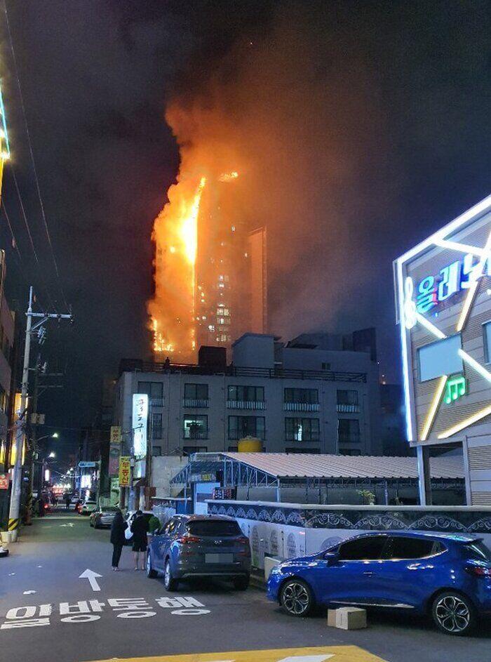 Спочатку пожежа виникла на 12-му поверсі будівлі Samhwan