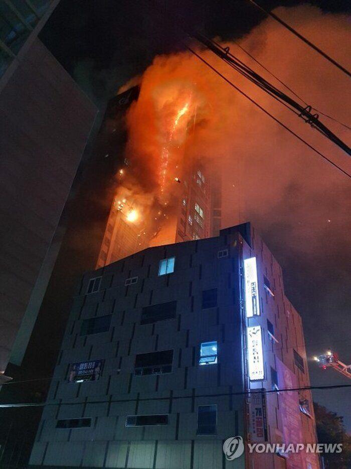 З палаючої будівлі евакуювали сотні людей