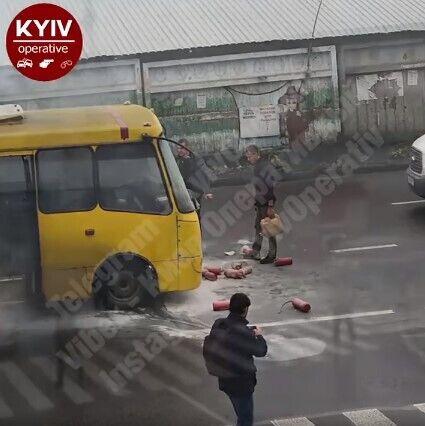 У Києві маршрутка з пасажирами загорілася на ходу. Відео НП