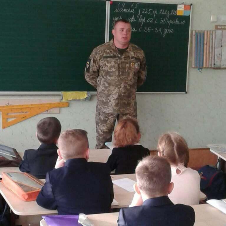 Виступ Віталія перед дітьми в авдіївській школі на Донбасі.
