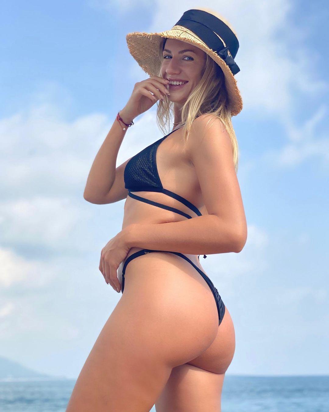 Леся Никитюк показала пышные формы в бикини