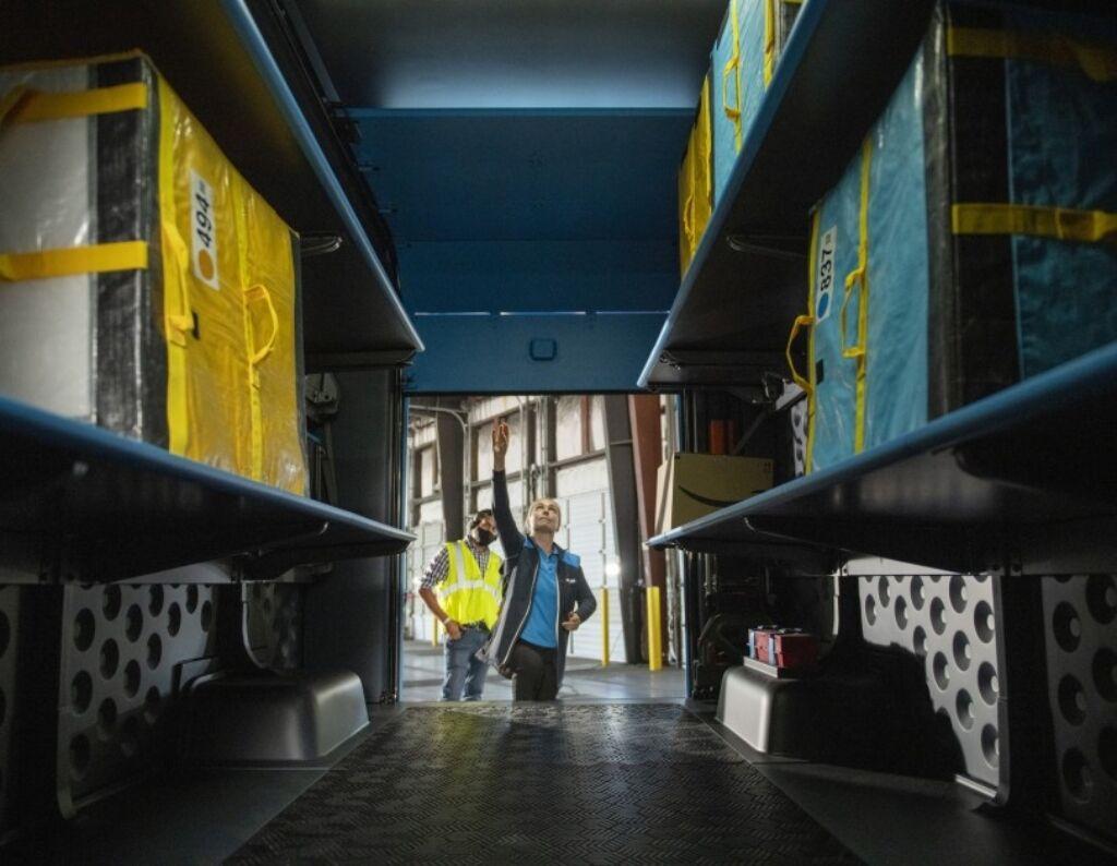У вантажному відділенні передбачені полки для вантажів. фото: