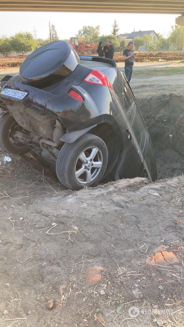 Автомобиль в Харькове полностью упал в яму.