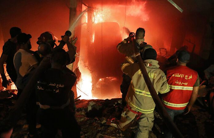 Пожежники гасять пожежу у Бейруті.