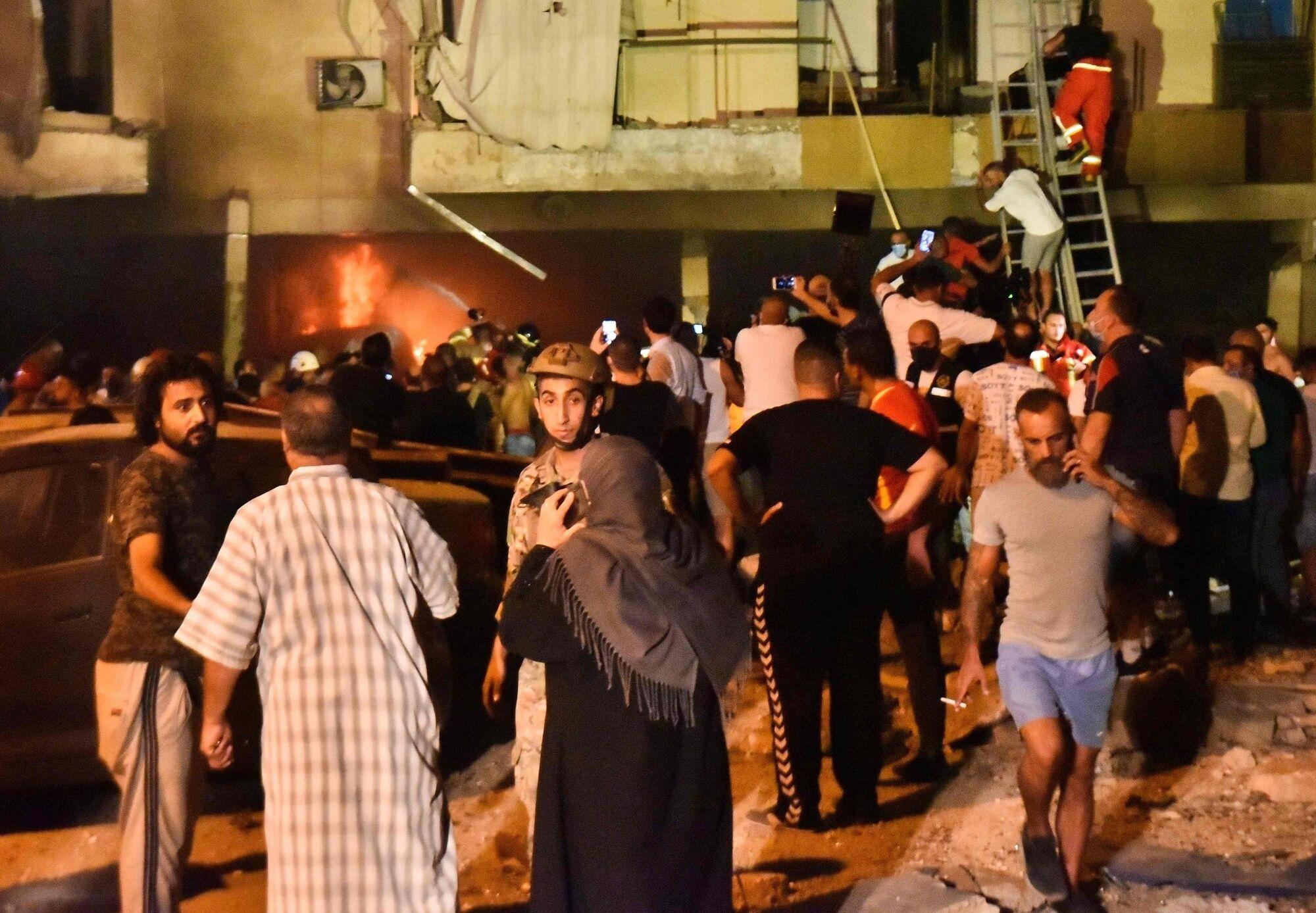 Пожежики допомагають місцевим жителям.