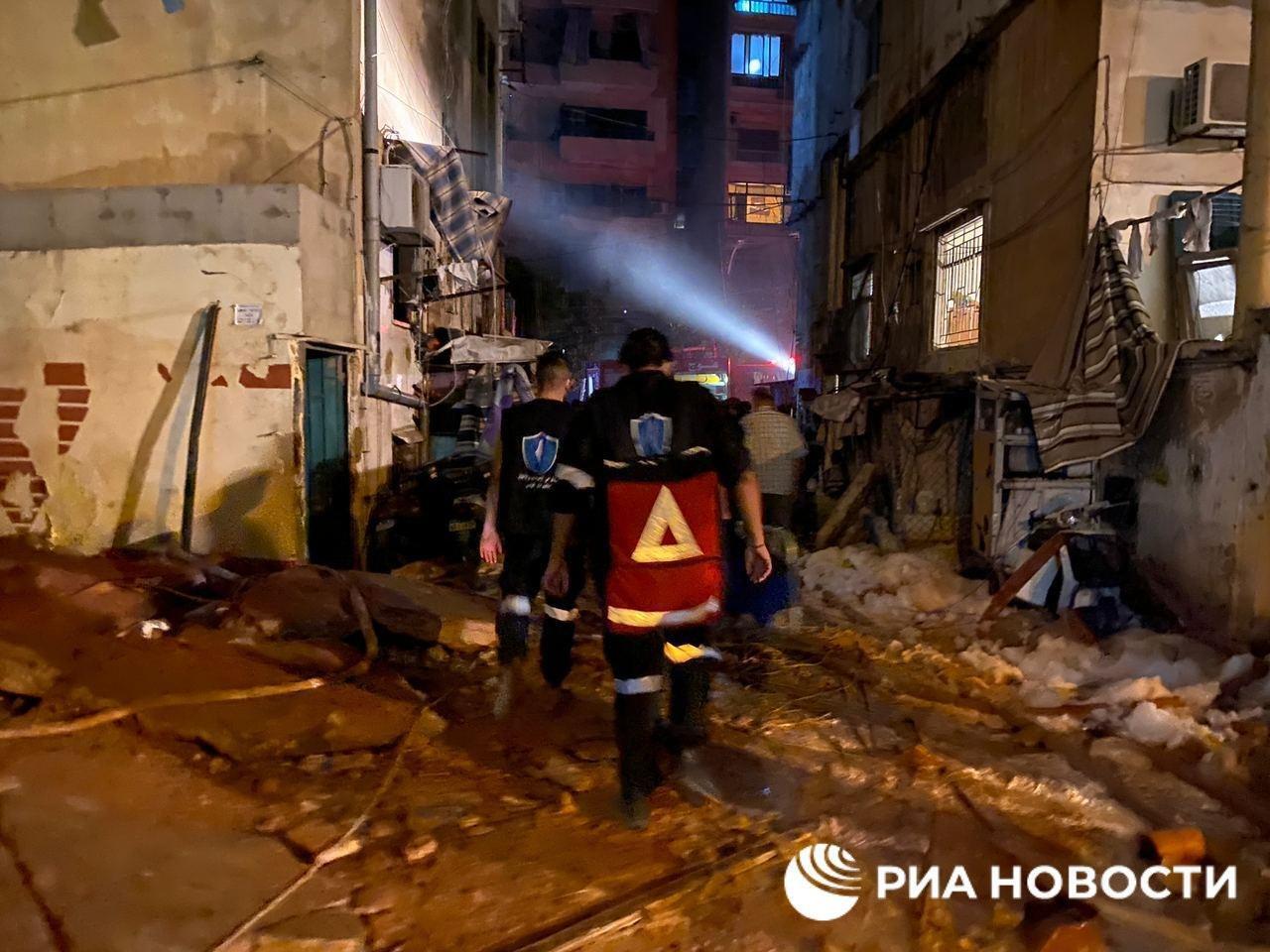 Рятувальники проводять пошуково-рятувальні роботи.