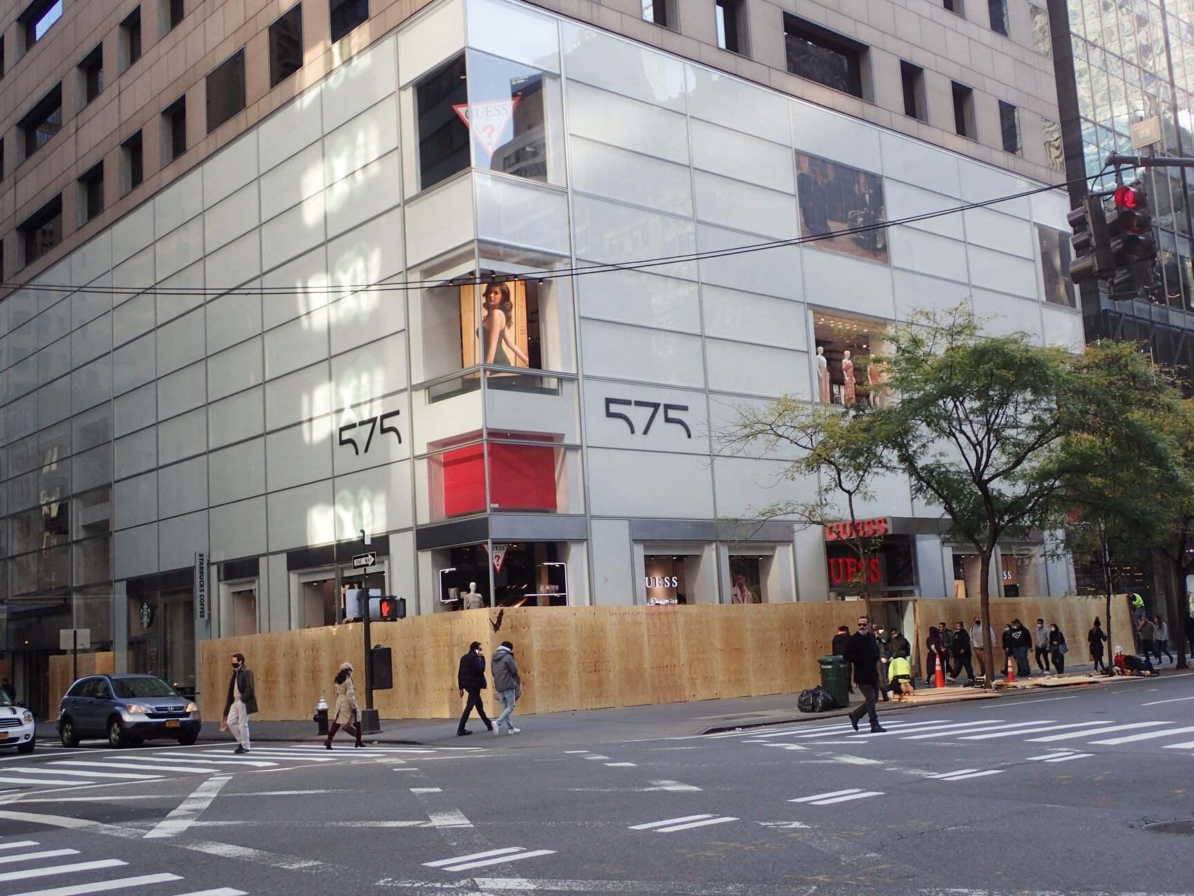 Закритий фасад магазину в Нью-Йорку
