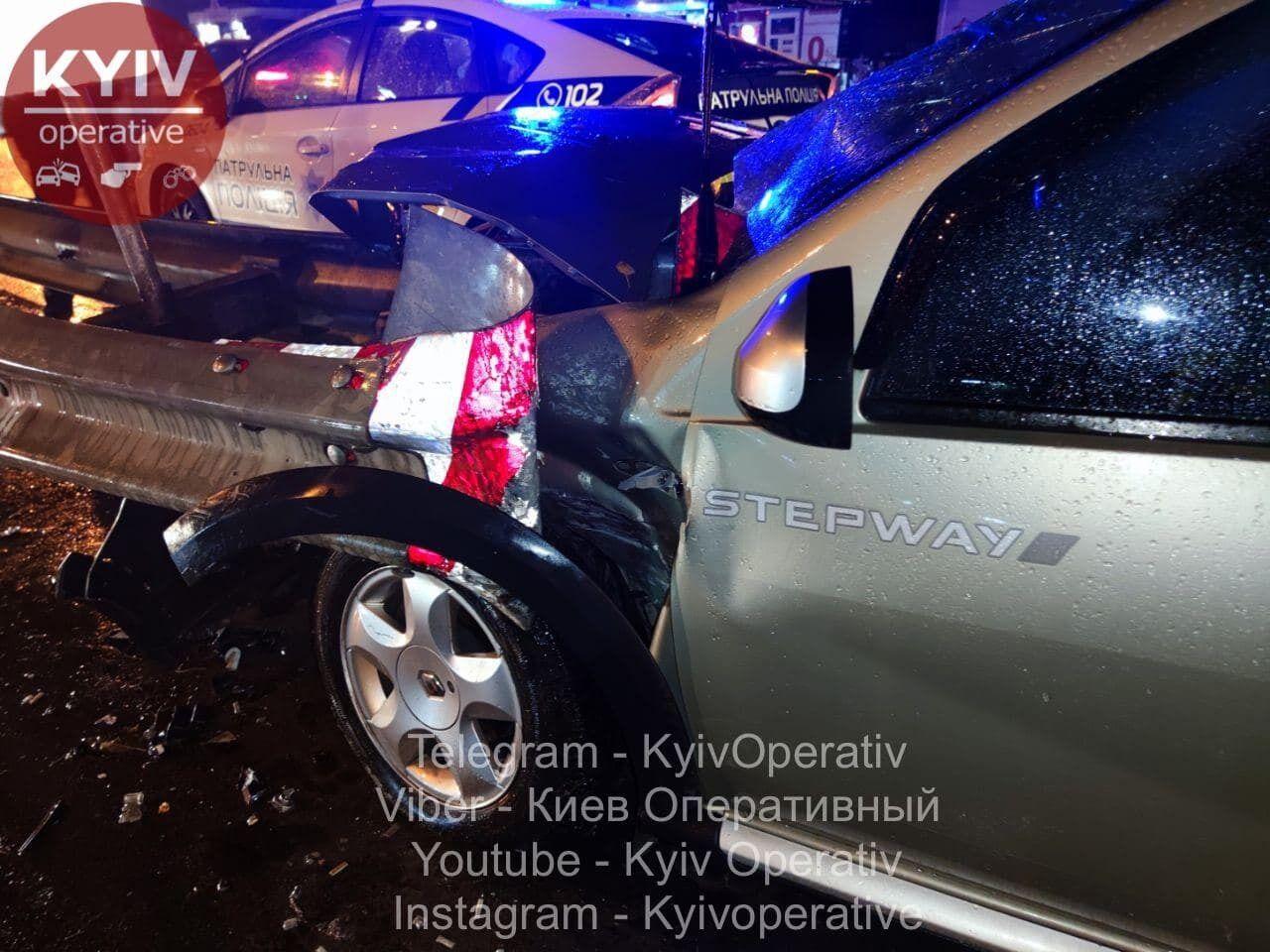 Автомобіль врізався в дорожній відбійник.