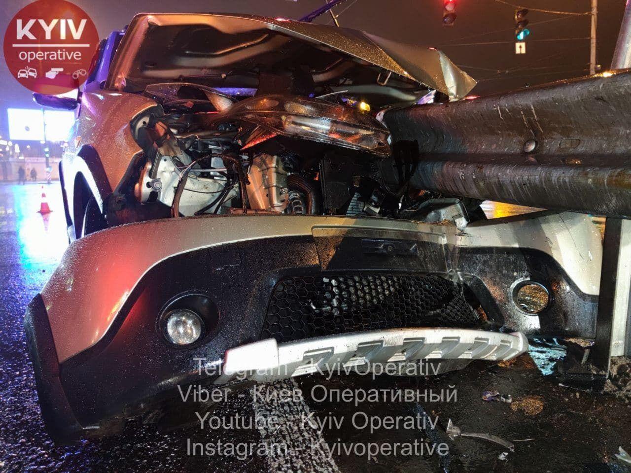 Машину пробило металевою огорожею.