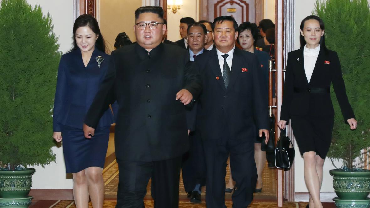 Ким Чен Ын и его жена (слева).