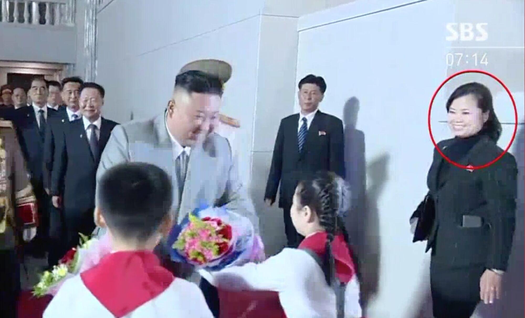 Ким Чен Ын в сопровождении Хен Сон Воль.