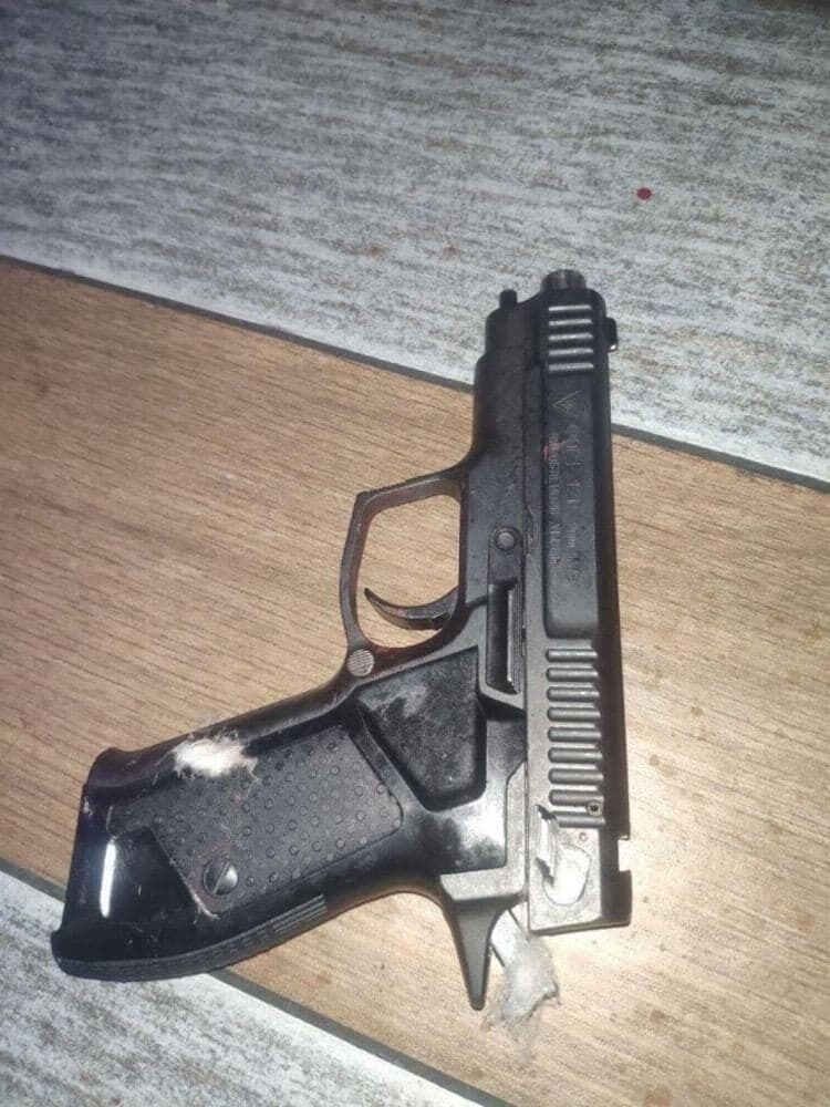 Правоохранители изъяли с места происшествия пистолет ФОРТ 12
