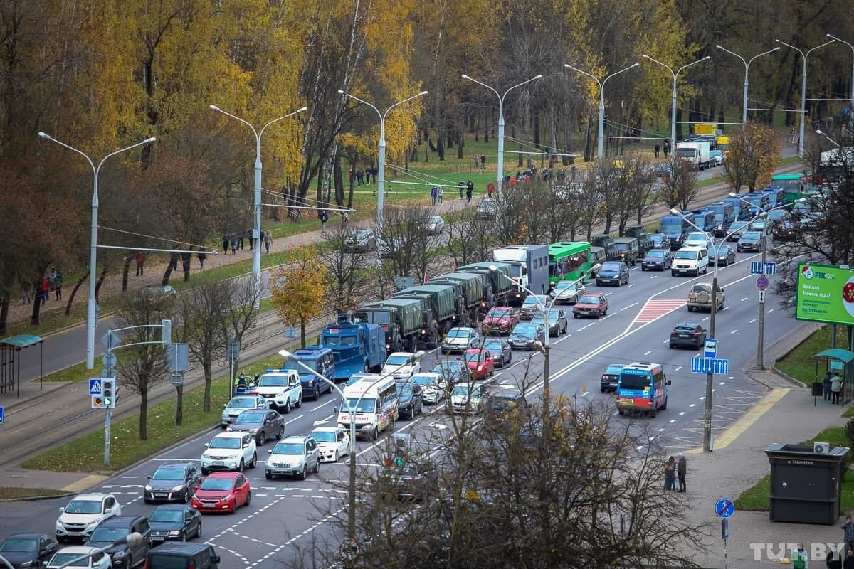 В Минск стянули технику военных
