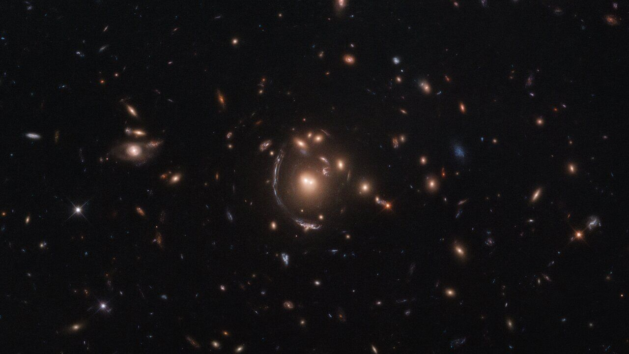 NASA сфотографировало галактику, которая искажается в пространстве