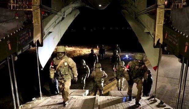 Военные РФ заходят в самолет.