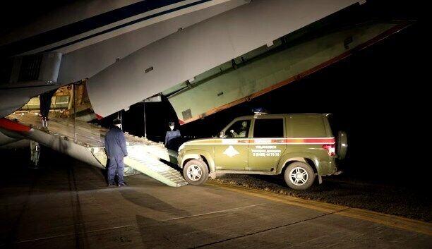 Завантаження військових автомобілів.