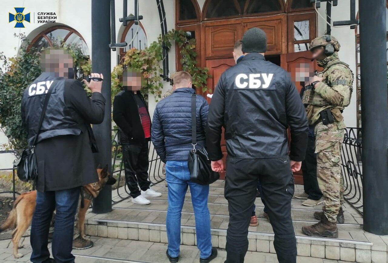 Правоохранители провели 9 обысков