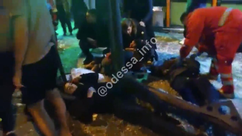 Пострадавшие лежат на месте аварии